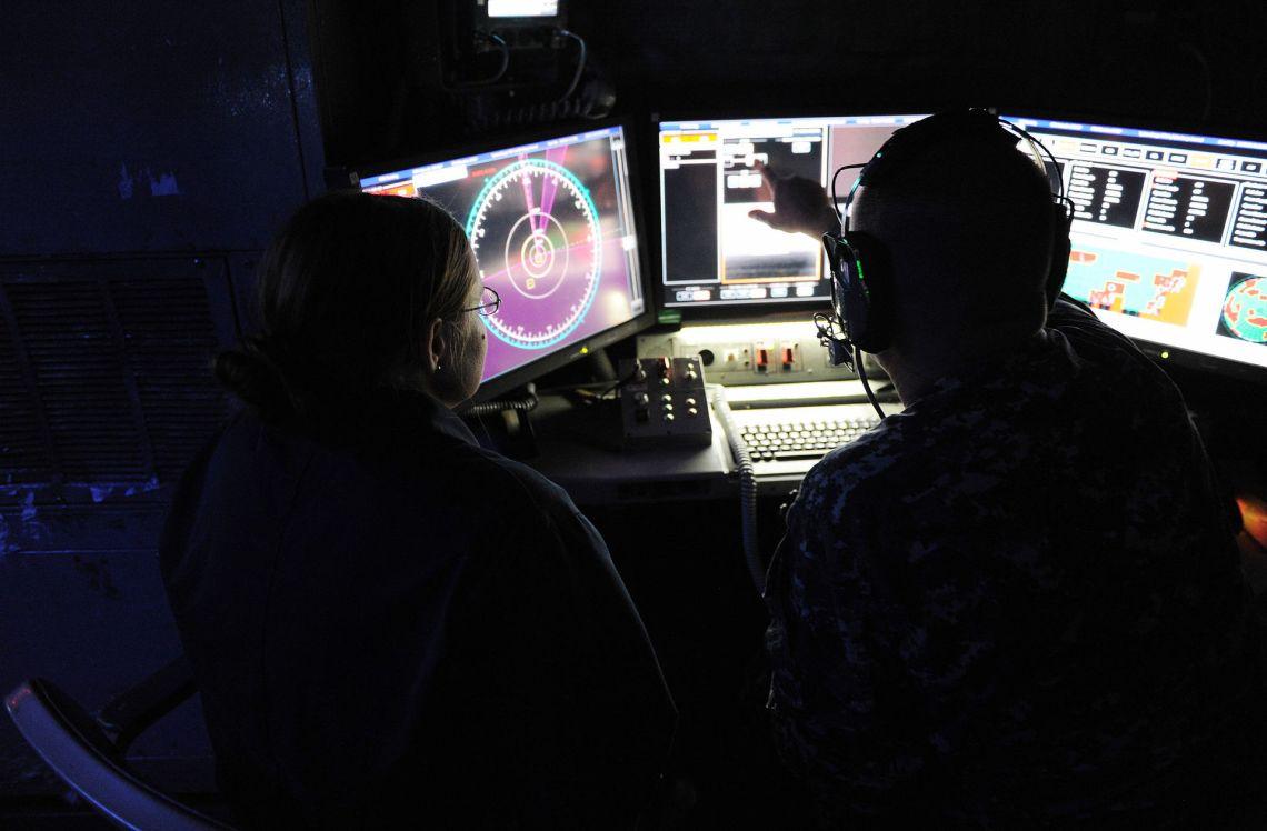 Laser_Weapon_System_control_station_aboard_USS_Ponce_(AFSB(I)-15)_in_November_2014_(02)